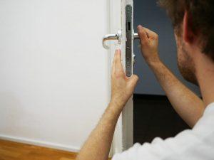 """תיקון דלתות - גבריאל המנעולן שלך ובשבילך   תיקון דלת החל מ-139 ש""""ח"""